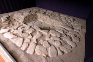 """la tomba collettiva conservata presso il Civico Museo Eusebio , sede della mostra """"Sulla tavola degli albesi oltre 3000 anni fa""""."""