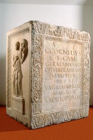 Il cippo funerario di Caio Cornelio Germano. Marmo lunense, Alba Pompeia (IX regio)