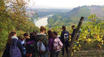 I ragazzi delle classi terze del liceo scientifico di fronte al fiume Tanaro dalla collina di Altavilla