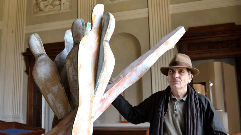 Lo scultore Massimo Bertolini con l'opera nella collocazione precedente presso il castello Di Costigliole d'Astil castello